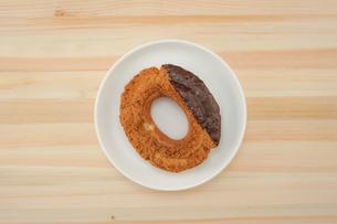 皿に置かれたチョコレートドーナツの写真素材 [FYI02980961]