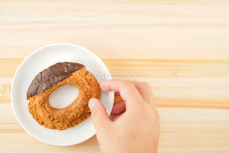 皿に置かれたチョコレートドーナツの写真素材 [FYI02980968]