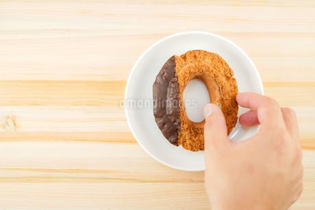 皿に置かれたチョコレートドーナツの写真素材 [FYI02980969]