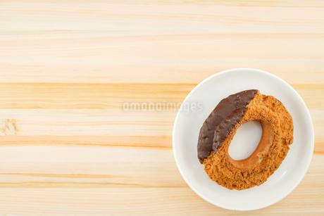 皿に置かれたチョコレートドーナツの写真素材 [FYI02980970]