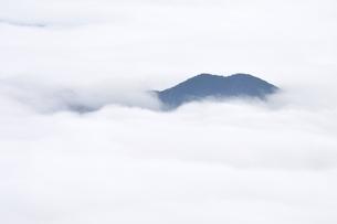 雲海に浮かぶ山の写真素材 [FYI02981119]