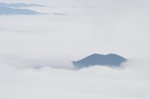 雲海に浮かぶ山の写真素材 [FYI02981120]
