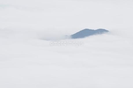 雲海に浮かぶ山の写真素材 [FYI02981121]