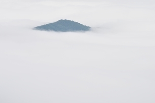 雲海に浮かぶ山の写真素材 [FYI02981126]