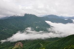 山裾に漂う雲の波の写真素材 [FYI02981141]