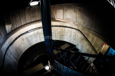 暗闇の階段のイメージの写真素材 [FYI02981212]
