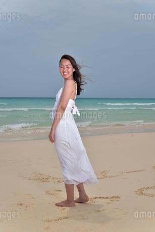 宮古島/ビーチでポートレート撮影の写真素材 [FYI02981258]