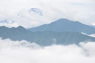 雲被る富士山の写真素材 [FYI02981272]