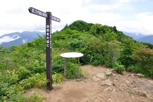 今倉山の赤岩山頂の写真素材 [FYI02981290]