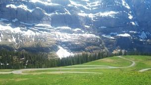 スイス ユングフラウ地方 クライネシャイディック~ヴェンゲンアルプ ハイキングコース 24の写真素材 [FYI02981311]