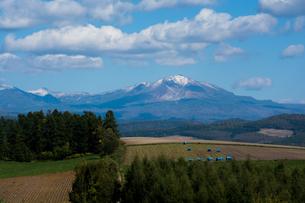 初冠雪の山並み 大雪山の写真素材 [FYI02981332]