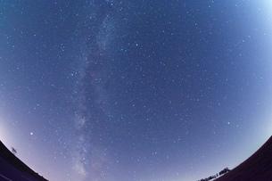 夏の星空 美瑛町の写真素材 [FYI02981352]