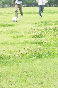 サッカーする男の子2人の足元の写真素材 [FYI02981544]