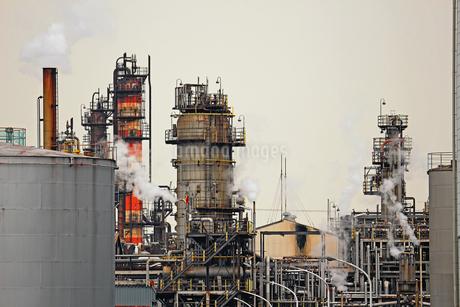 京浜工業地帯の川崎にある石油精製プラントの風景の写真素材 [FYI02981740]