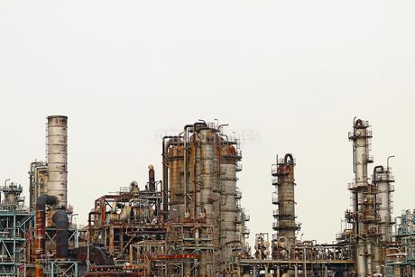 京浜工業地帯の川崎にある石油精製プラントの風景の写真素材 [FYI02981741]