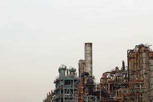 京浜工業地帯の川崎にある石油精製プラントの風景の写真素材 [FYI02981742]