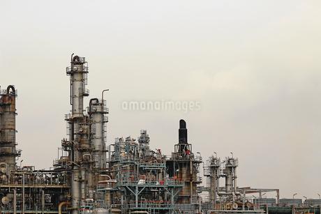 京浜工業地帯の川崎にある石油精製プラントの風景の写真素材 [FYI02981745]