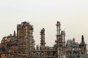 京浜工業地帯の川崎にある石油精製プラントの風景の写真素材 [FYI02981746]