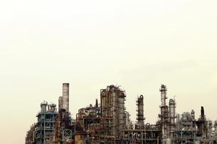 京浜工業地帯の川崎にある石油精製プラントの風景の写真素材 [FYI02981747]