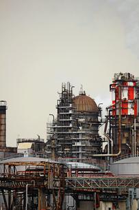 京浜工業地帯の川崎にある石油精製プラントの風景の写真素材 [FYI02981748]