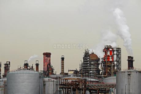 京浜工業地帯の川崎にある石油精製プラントの風景の写真素材 [FYI02981749]