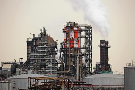 京浜工業地帯の川崎にある石油精製プラントの風景の写真素材 [FYI02981750]