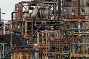 京浜工業地帯の川崎にある石油精製プラントの風景の写真素材 [FYI02981752]