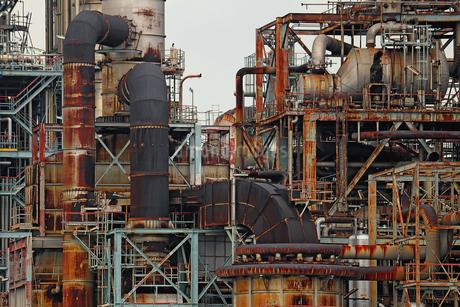 京浜工業地帯の川崎にある石油精製プラントの風景の写真素材 [FYI02981753]