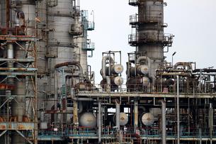 京浜工業地帯の川崎にある石油精製プラントの風景の写真素材 [FYI02981754]