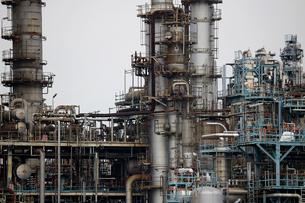 京浜工業地帯の川崎にある石油精製プラントの風景の写真素材 [FYI02981755]