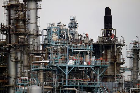 京浜工業地帯の川崎にある石油精製プラントの風景の写真素材 [FYI02981756]