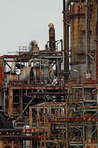 京浜工業地帯の川崎にある石油精製プラントの風景の写真素材 [FYI02981758]