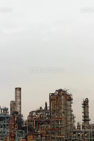 京浜工業地帯の川崎にある石油精製プラントの風景の写真素材 [FYI02981759]