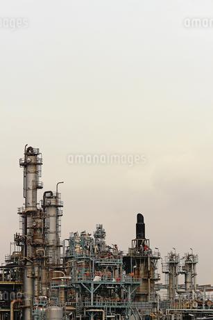 京浜工業地帯の川崎にある石油精製プラントの風景の写真素材 [FYI02981760]