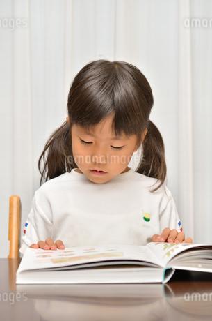 読書する女の子の写真素材 [FYI02981789]