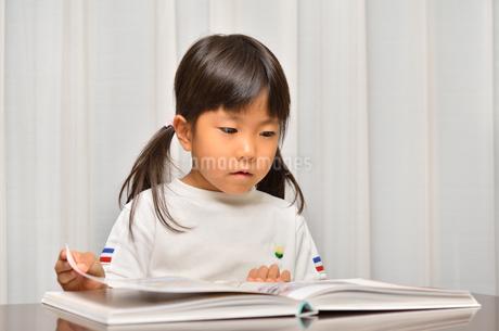 読書する女の子の写真素材 [FYI02981791]
