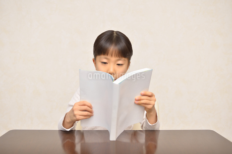 読書する女の子の写真素材 [FYI02981792]