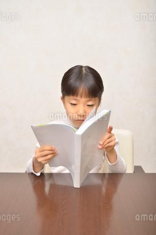 読書する女の子の写真素材 [FYI02981793]