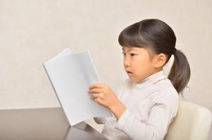 読書する女の子の写真素材 [FYI02981794]