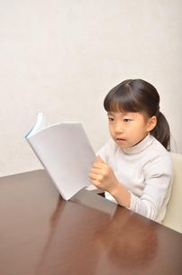 読書する女の子の写真素材 [FYI02981795]