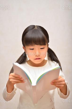 読書する女の子の写真素材 [FYI02981796]