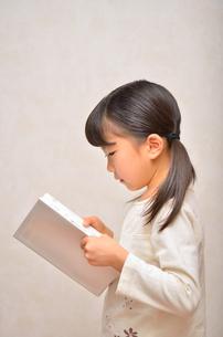 読書する女の子の写真素材 [FYI02981797]