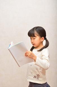 読書する女の子の写真素材 [FYI02981798]