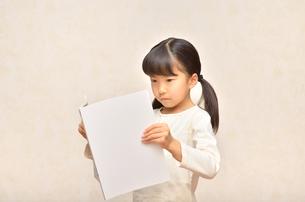 読書する女の子の写真素材 [FYI02981799]