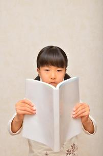 読書する女の子の写真素材 [FYI02981800]
