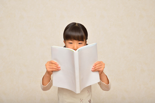 読書する女の子の写真素材 [FYI02981801]