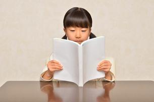 読書する女の子の写真素材 [FYI02981802]