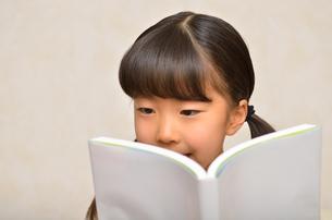 読書する女の子の写真素材 [FYI02981803]