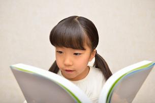 読書する女の子の写真素材 [FYI02981804]