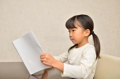 読書する女の子の写真素材 [FYI02981805]